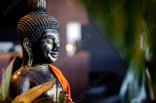 Papel de parede buddha statue in interior garden at tropical bar in thailand