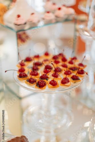 Valokuvatapetti Sweet tarts with drunken cherries