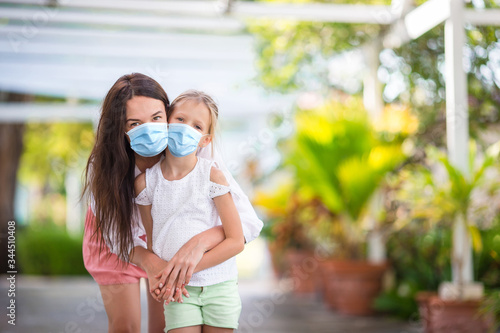Cuadros en Lienzo Portrait of little girl and mother in masks on summer vacation