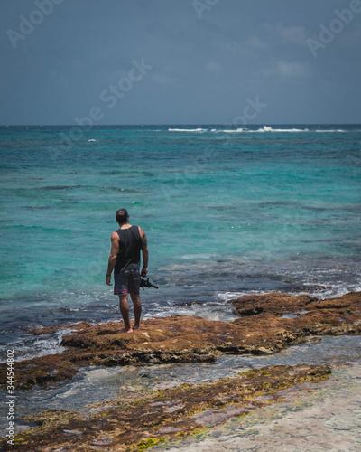 Fotografie, Obraz filmmaker disfrutando de la vista del caribe