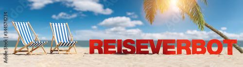 plakat Reiseverbot im Sommer am Strand mit Palme und zwei Liegestühle unter blauem Himmel mit Urlaub Slogan Strand im Sand