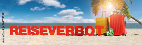 plakat Reiseverbot im Sommer am Strand mit Palme und zwei Reisekoffern unter blauem Himmel mit Urlaub Slogan Strand im Sand