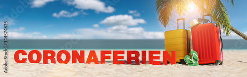 plakat Coronaferien im Sommer am Strand mit Palme und zwei Reisekoffern unter blauem Himmel mit Urlaub Slogan Strand im Sand