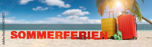 plakat Sommerferien im Sommer am Strand mit Palme und zwei Reisekoffern unter blauem Himmel mit Urlaub Slogan Strand im Sand