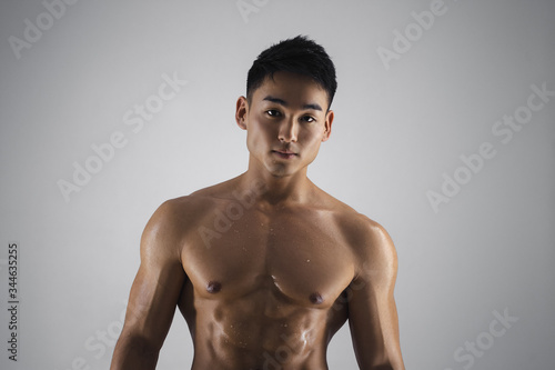 Foto Muscular Asian Man Indoors in the Studio