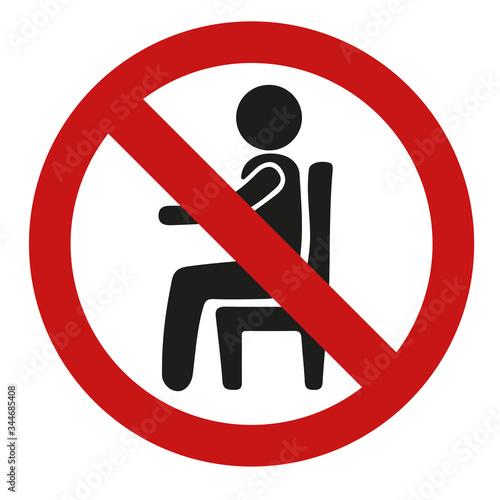 Fotografía affiche sur l'interdiction de s'asseoir à certains endroits personne assise dan