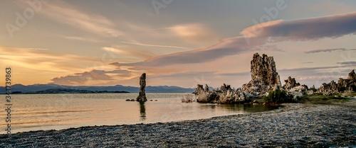 Fotografía Beautiful shot of Tufa Towers at Mono Lake Tufa State Natural Reserve in Califor