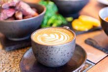 Cafe Capuchino En Mesa Restura...