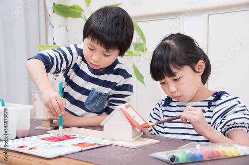 Fotografie, Obraz 絵の具で作品に色を塗る小学生