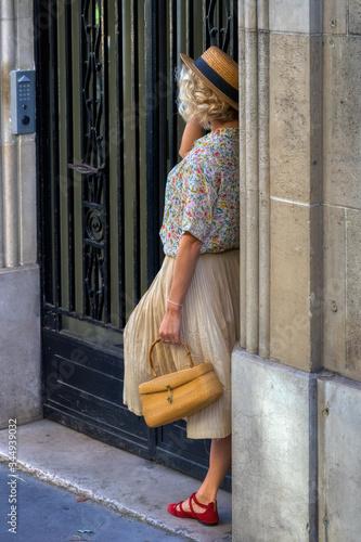 Fototapeta pose rétro parisienne