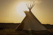 Tipi Lakota Con El Sol Brillan...