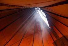 Tipi Lakota Con El Sol Brillando En Un Atardecer