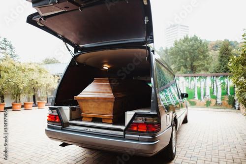Fotografia photo of a coffin car at a funeral