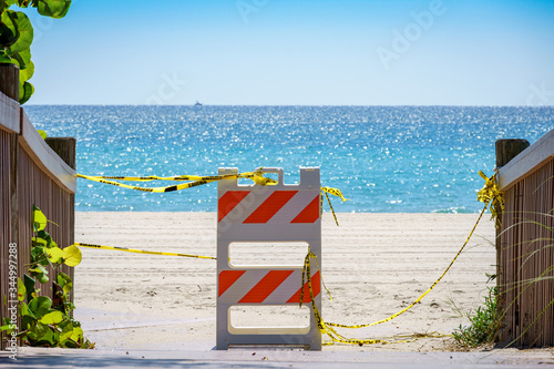 Photo Barricade and caution tape blocking access to Hollywood beach, closed due to COV