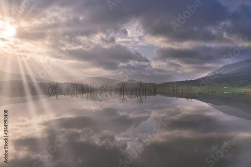 Rayos de sol entre nieblas y nublados Wallpaper Mural