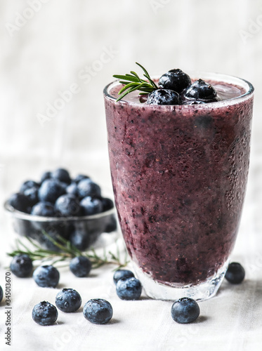 Photo Blueberry smoothie detox rosemary delight, home exercise, healthy drink, lose we