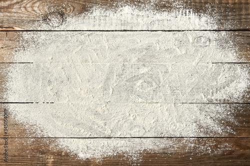 ciasto na chleb ułożone na starych deskach rustykalnych