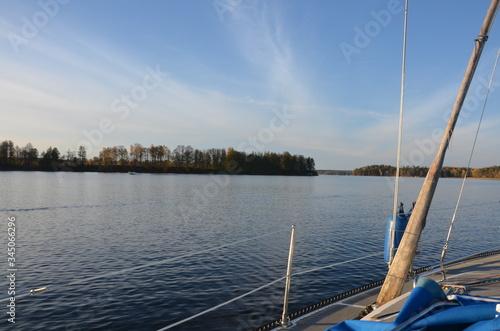 Fototapeta żaglówka jesień jezioro zachód słońca obraz