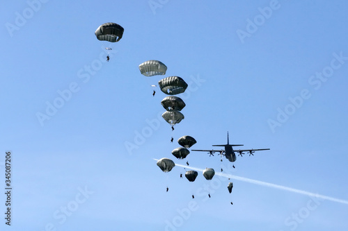 Canvas Print Army paratroopers in jump