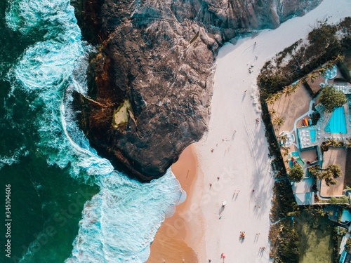Photo Aerial shot of a beach in Rio de Janeiro with houses on the mountain