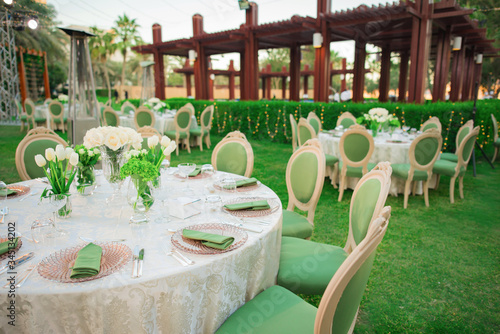 Photo Persian Gulf  festive table setting with a view of palm trees