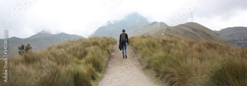 Photo joven solitario con mochila negra caminando a la cima del volcán Pichincha