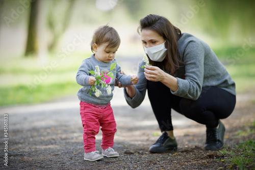 Obraz na plátně Pandemia, matka z dzieckiem w maseczka, covid-19 sars2,portret