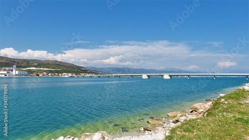 Photo Adria Meer mit Brücke zwischen Trogir und Insel Ciovo in Kroatien / Croatia