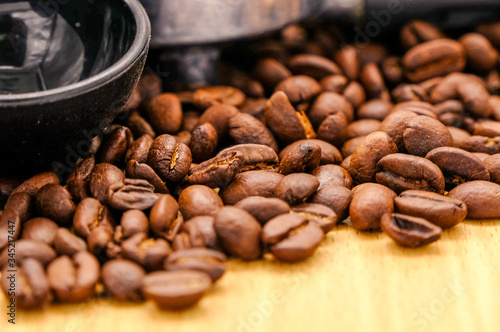 Photo Top view of fresh Roasted arabica coffee beans, can be used as a background, Macro of coffee bean