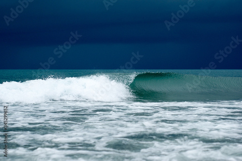 Photo sea wave rolls ashore in a storm