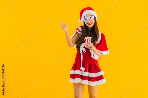 Photo Portrait beautiful young asian woman wear christmas clothes hat with popcorn