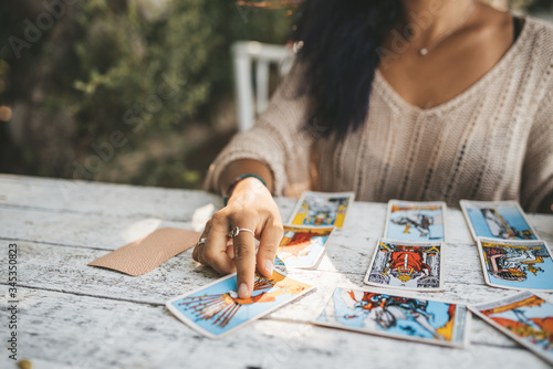 Fotografía Close uo of female hands with Tarot cards
