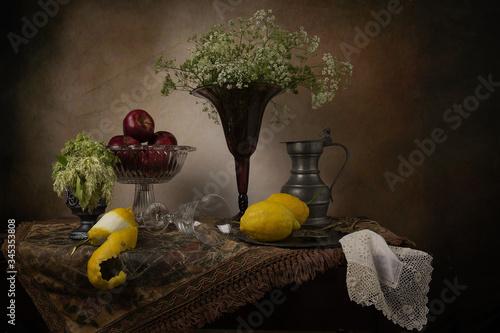 Carta da parati Gruppo di oggetti antichi sul tavolo,con vaso di vetro.
