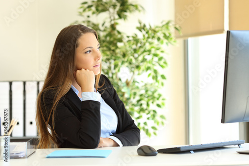 Fototapety, obrazy: Serious office worker thinks looking away