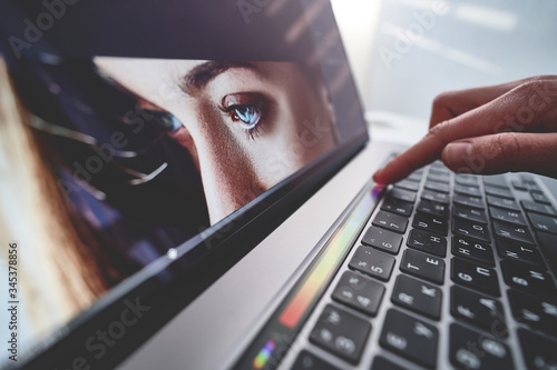 Fotografía Retoucher photographer uses touchpad for adjustment color correction during reto