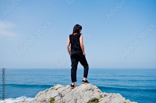 Chica joven de 40 años o 50 años alegre, jovial, a la moda, en la playa en Mayo,  junio, julio, al atardecer, en la hierba Canvas Print