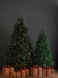 Arboles de navidad sin decoracion en estudio