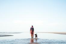 Frau Geht Mit Ihrem Hund Am Strand Der Nordsee Spazieren