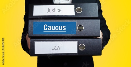 Valokuva Caucus – Lawyer carries a stack of 3 file folders