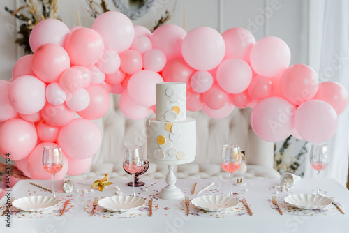 Fotografia Birthday or wedding table setting in white colors with cocktails in glasses
