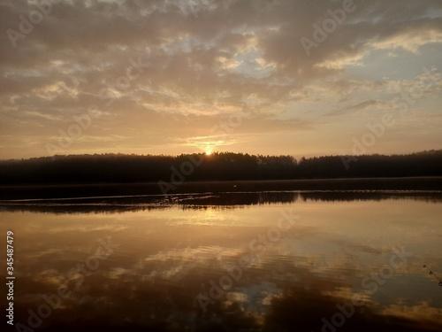Fototapeta Wschód słońca nad jeziorem  obraz