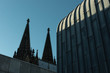 Spitzen des Kölner Doms im Kontrast zur modernen Architektur