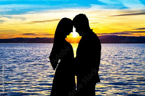 Photo silueta de dos enamorados en la playa