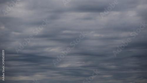 Photo Ciel nébuleux et peu rassurant.  Altostratus voilant le ciel.