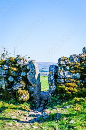 Fotografering stile in old dry stone wall on the beetham trail UK
