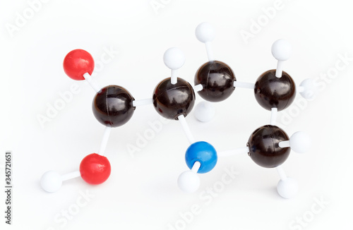 Photo Plastic ball-and-stick model of a Proline or L-Proline (Pro) molecule on a white background