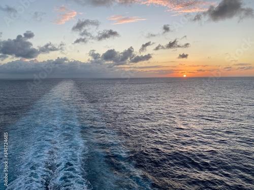 Fototapeta wschód słońca gdzieś na oceanie obraz