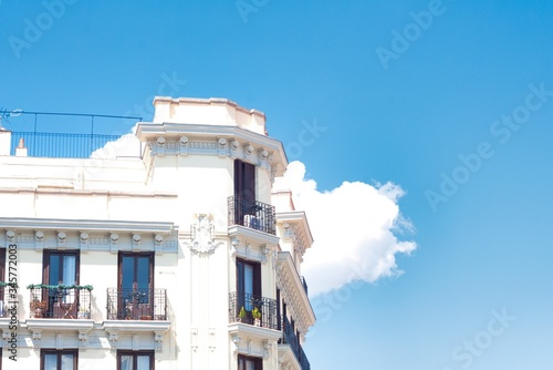 Photo Amazing shot of a white angular building on a cloudy sky background