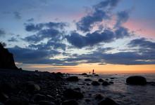 Einsame Steilküste In Der Nähe Von Rostock An Der Ostsee Mit Fähre. Typisches Deutsches Reiseziel. Fischer In Der Abendstimmung