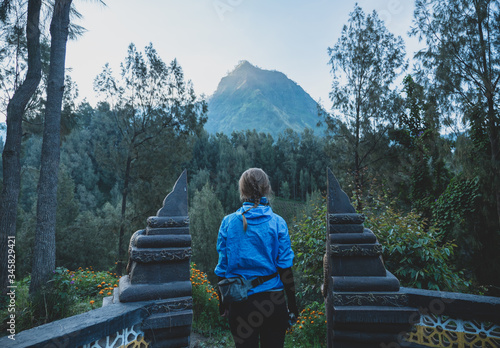 Photo Woman admiring beautiful landscape view in the way to ijen volcano, Java island,